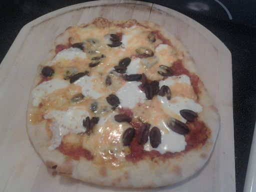 Fresh mozzarella and kalamata olives pizza