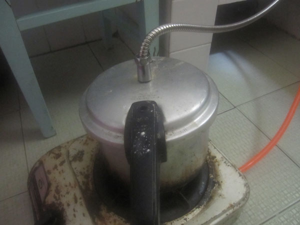 pressure cooker with pipe
