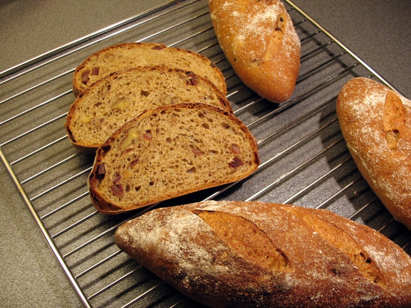 Whole-wheat bread with dates and walnuts